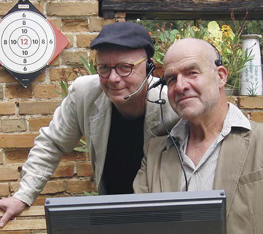 Dietmar Lahaine und Dirk Möller präsentieren die Herricht-Preil-Radioschau im Marstall Neubrandenburg.
