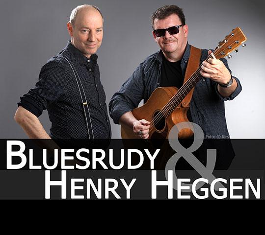 Die Musiker Bluesrudy und Henry Heggen treten bei einem Konzert im Marstall Neubrandenburg auf.